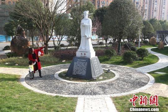 探访全国首家廉政文化雕塑园:警句石刻引众多市民观看