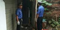 一名流动摊贩在其居所偷藏的藕煤被城管队员及时发现并依法收缴处置。 - 新浪湖南