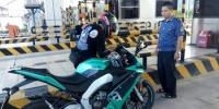 """""""超炫""""摩托车上高速被稽查员劝阻 生命没有""""返程"""" - 新浪湖南"""