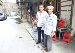 近日,郴州市栏杆塘某小区,民警王祥海(左)和事发时的目击者。图/受访者提供 - 新浪湖南
