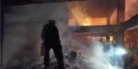 铁路边一废弃民房起火,怀铁民警迅速将其扑灭 - 新浪湖南