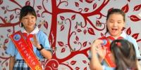 9月2日,在长沙市天心区仰天湖桂花坪小学,入校的学生互相打招呼问好。新华社记者 陈泽国 摄 - 新浪湖南