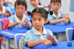 9月2日,长沙市天心区仰天湖桂花坪小学二年级的学生在防疫课堂上学习洗手法。新华社记者 陈泽国 摄 - 新浪湖南